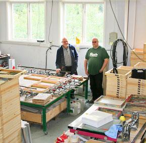 Petteri och Fredrik tillverkar screenramar.